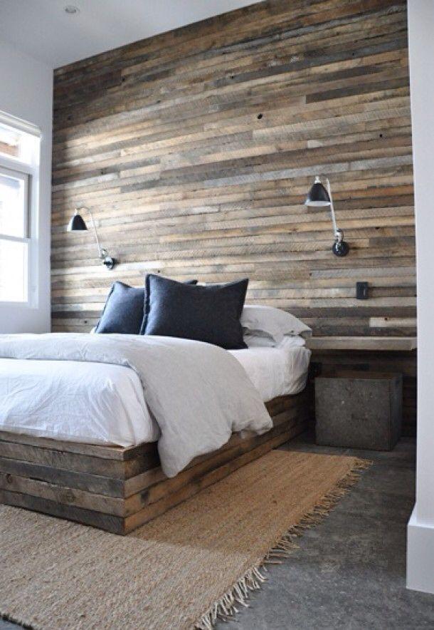 Parede decorada com painéis de madeira