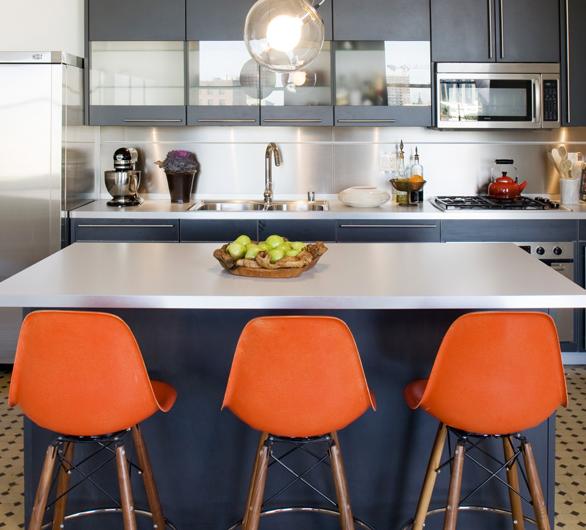Cozinha com ilha estilo retrô