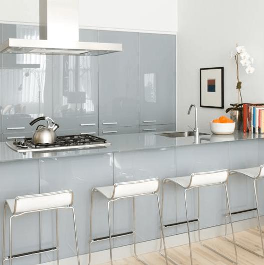 Cozinha com ilha em tons de branco