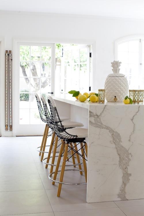 Cozinha com ilha em tons de mármore