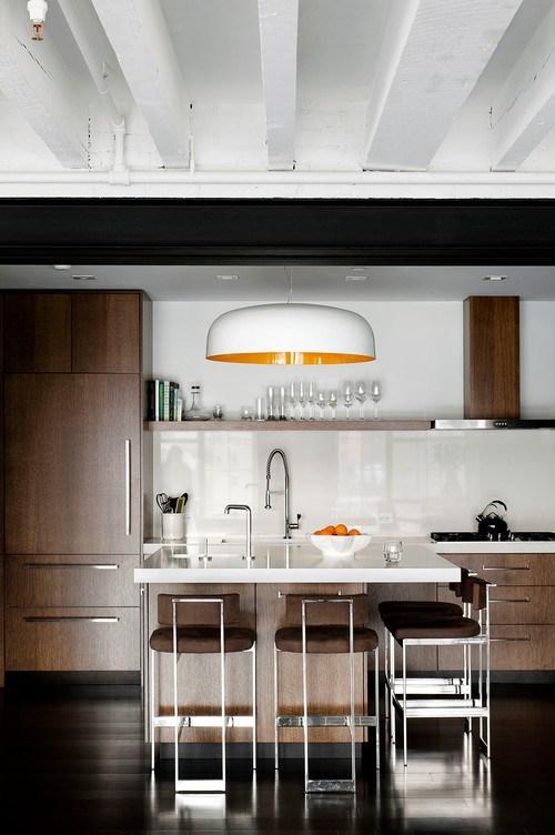 Cozinha com ilha moderna e com toques industriais