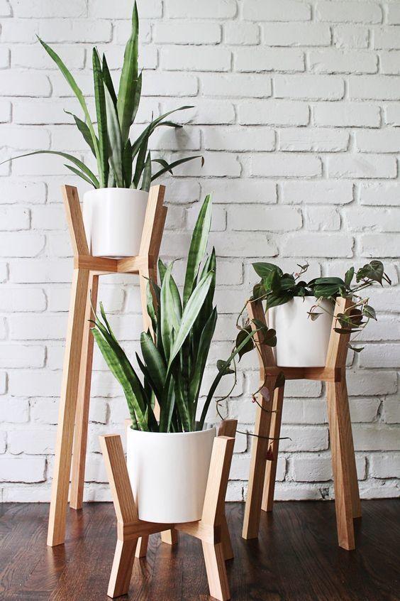 Jardim pequeno com vasos em alturas diferentes