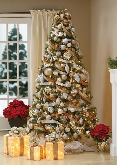 Árvore de Natal com decoração branca e dourada clássica