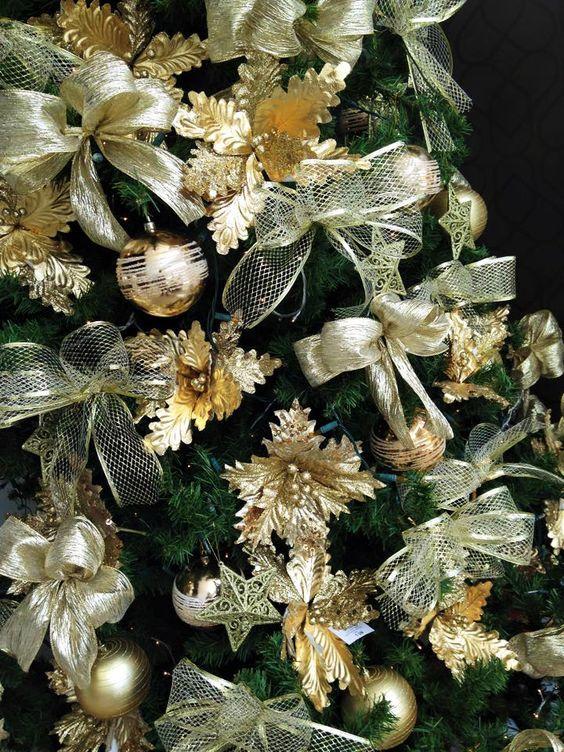 Detalhes da decoração árvore de Natal dourada