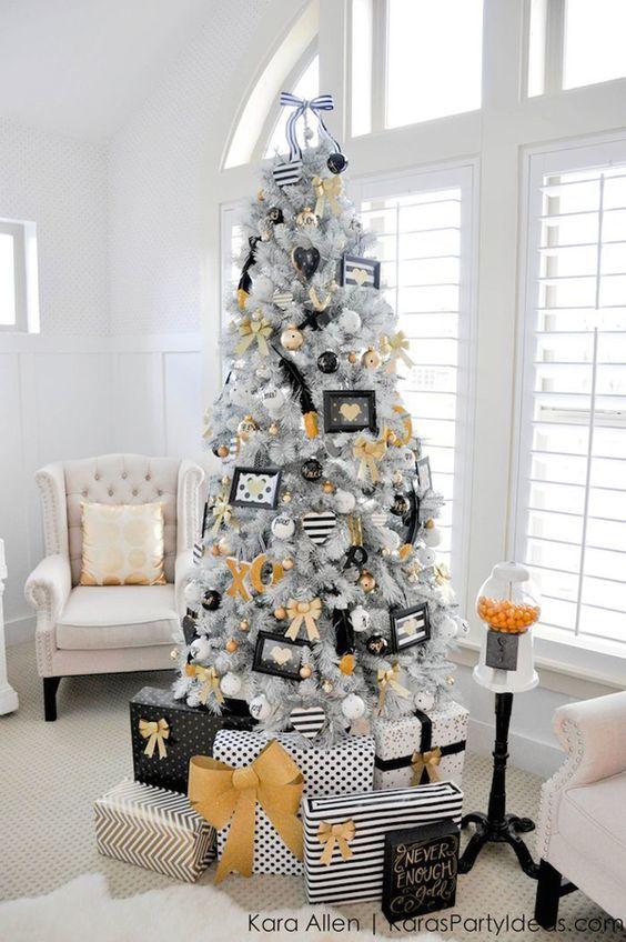 Árvore de Natal branca com decoração preta e amarela