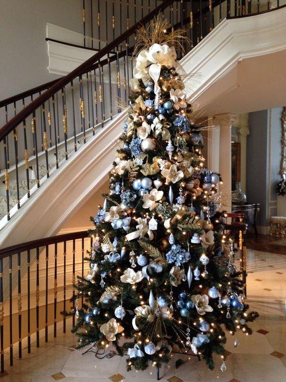 Árvore de Natal com decoração azul e lilás