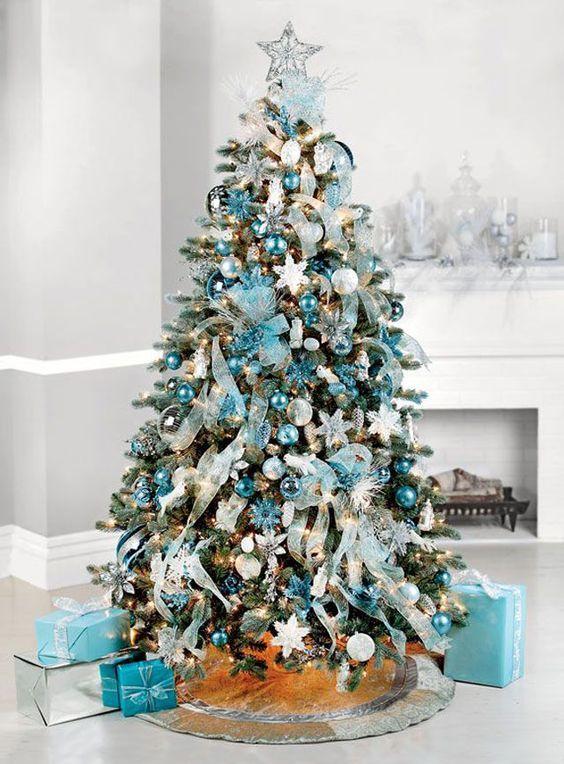 Árvore de Natal com decoração azul claro