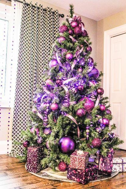 Árvore de Natal com decoração roxa
