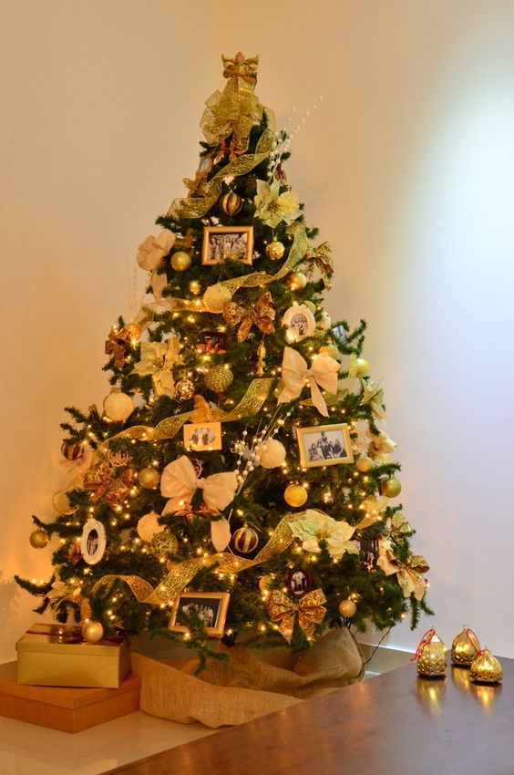 Árvore de Natal decorada com fotografias ou mensagens