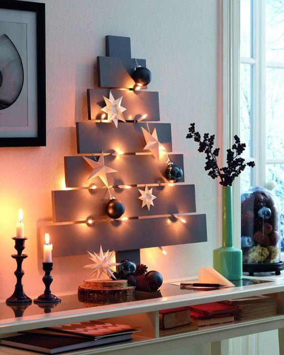 Árvore de Natal feita em painel de madeira