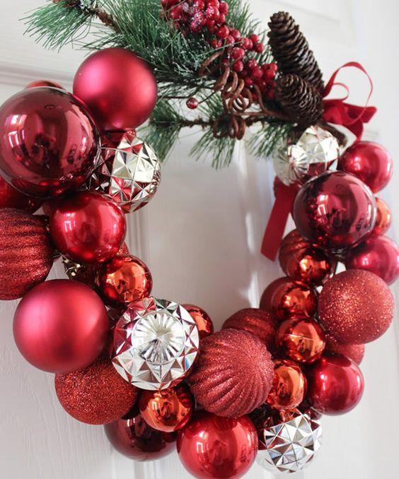 Guirlanda de Natal feita com arame de cabide e enfeitada com bolas