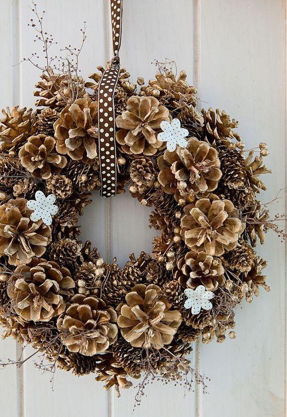Guirlanda de Natal decorada com pinhas douradas