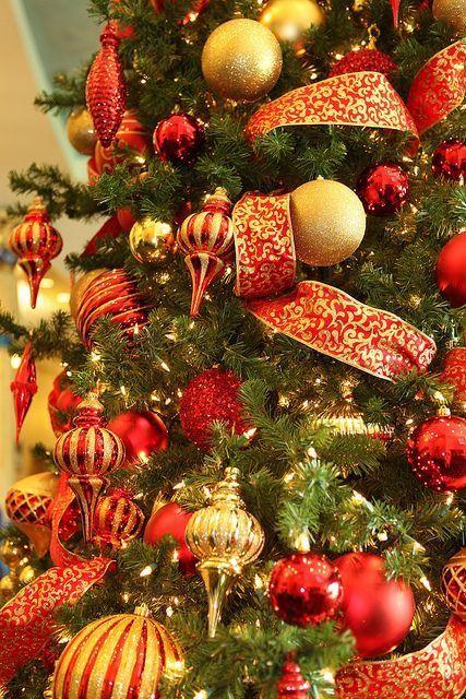 Detalhes de árvore de Natal com decoração vermelha e dourada