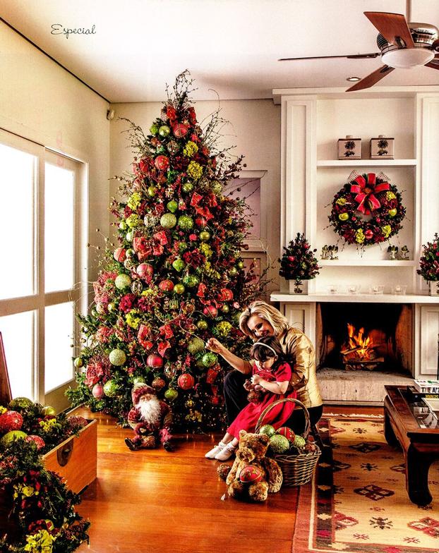 Árvore de Natal grande em tons de verde e vermelho