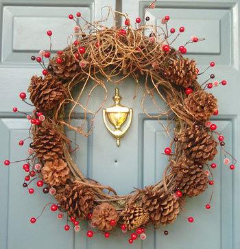 Guirlanda de Natal decorada com pinhas em estilo rústico