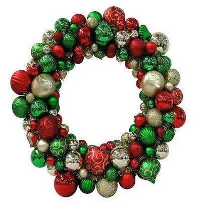 Guirlanda de Natal enfeitada com bolas verdes, vermelhas e prateadas