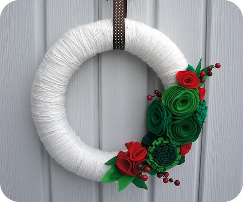 Guirlanda de Natal decorada com lã e feltro