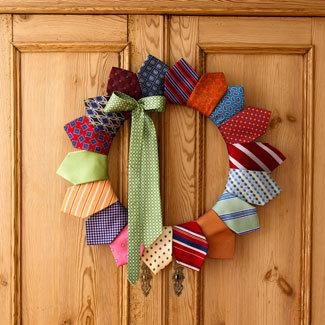 Guirlanda de Natal decorada com gravatas