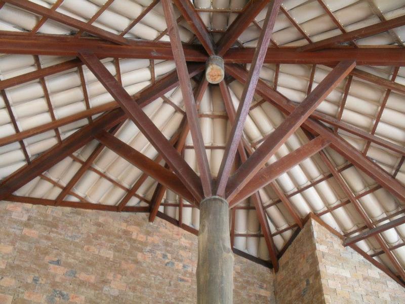 Detalhe do telhado da maloca construída