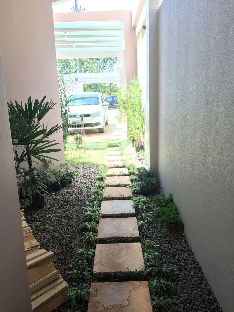 Corredor externo com jardim do projeto moderno com pergolado Soprojetos