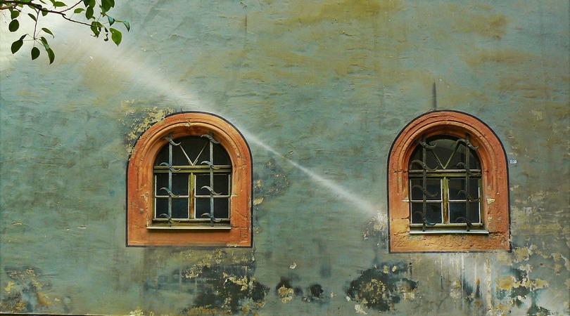 Como recuperar paredes e rodapés com infiltração